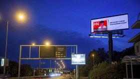 Obří billboardy dráždí obyvatele Holešoviček. S posvěcením úřadů jim svítí do oken! Radnice: Nemáme co říct