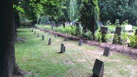 Leží na Ďáblickém hřbitově vedle sebe vrazi a hrdinové? Nevíme, a ani se to nedozvíme: Nikdo nic neřeší