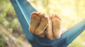 Zápach nohou: Co ho způsobuje a jak mu předcházet?