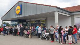 Jako za totáče! Supermarket Lidl v Kralupech pukal kvůli frontám ve švech