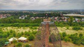 Moderní rozhledna Doubravka v zanedbaném okolí: Praha 14 chce Čihadla proměnit v přírodní park