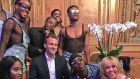 Kritici Macrona ve varu: Vadí jim snímek s LGBT tanečníky a show v Elysejském paláci