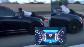 Rychle a zběsile: SUV se řítilo po dálnici rychlostí 113 km/h s mužem visícím na kapotě!