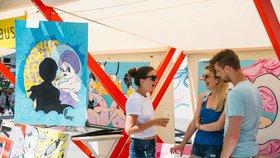 Klouboučníci, šperkaři a skláři: Malostranské náměstí ožije uměleckým tržištěm, nabídne hudbu i tanec
