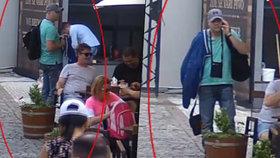 """VIDEO: Zloděj se dobře """"napakoval"""". Před restaurací nenápadně ukradl tašku se 132 tisíci"""
