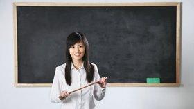"""Měří 140 centimetrů a chtěla učit. """"Jste moc malá, nedosáhnete na tabuli,"""" odmítly ji úřady"""