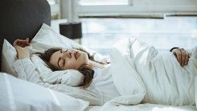 Máte problém usnout a v noci se budíte? Dávejte si pozor na to, co večer jíte