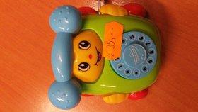 Pozor, tahle hračka může udusit dítě. Inspekce varuje před plastovým telefonem
