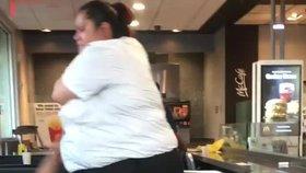 Brutální rvačka v McDonald's: Prodavačka to nandala sprosté zákaznici