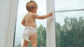 Hrůza! Na jižní Moravě letos vypadlo z oken už 10 malých dětí: Tento týden zemřel tříletý chlapeček