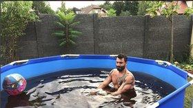 Svalovec Noid si postavil bazén, ale má černou vodu: To se nepovedlo!