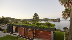 Krása! Plážový dům se zelenou střechou postavili za 6 týdnů