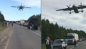 Rusové přeměnili dálnici na ranvej. Armádní letadla trénovala nouzové přistání