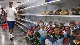 Prázdné regály supermarketů. Zoufalí lidé utíkají před hladem, zavřeli jim hranice