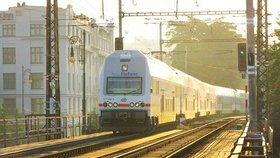 Studentům a seniorům začaly velké slevy na vlaky i autobusy. Dopravci: Nápor zvládneme
