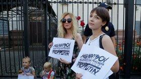 Lidé v Moskvě podpořili hladovějícího režiséra. Policie jich desítku zatkla