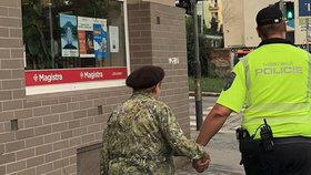 """""""Kavalír z Kavalírky"""": Strážník dovedl stařenku za ruku až domů, dojemný moment zachycuje fotografie"""