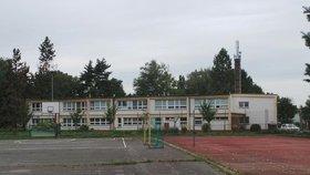 Životu nebezpečný první školní den! Škole v Pardubicích hrozí zřícení stropů