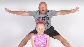 Gymnastka Alex trénuje svého tátu. Podívejte se, jak mu to jde!