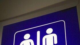 Opilá a agresivní cizinka se zabarikádovala na záchodě, strážníci ji museli vytáhnout