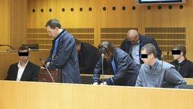 Afričana zmlátili v tramvaji a postříkali ho citronem: Tři fotbalové fanoušky už potřetí osvobodili