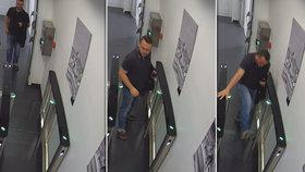 """Volání přírody bylo silnější: Policie pátrá po muži, který cestou na toaletu """"přepral"""" turniket"""