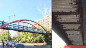 Nebezpečná lávka ve Stodůlkách: Denně přes ni chodí stovky dětí, zrezivělé plechy se mohou kdykoliv utrhnout!