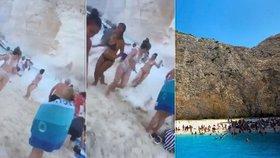 Na Čechy na řecké pláži spadl kus skály. Ženu čeká operace, Blesku se ozval svědek
