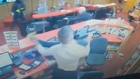Nerovný souboj: Kamera zachytila útok tří lupičů. Děda (83) si vzal na pomoc židli. Kdo měl navrch?
