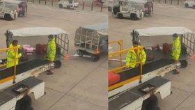 Tenhle zaměstnanec letiště se s tím nemaže. S kufry házel, až létaly vzduchem