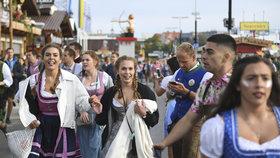 Tragédie na Oktoberfestu: Návštěvník podlehl zraněním po bitce mezi tupláky piva