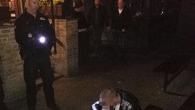 Opilec (23) močil na stoly a napadl obsluhu restaurace! Jeho povedený kumpán pak zaútočil na strážníky