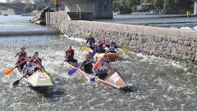 Stovky lodí se plavily po Vltavě: Proběhl tradiční svatováclavský závod skautů