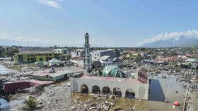 Tsunami v Indonésii má už přes 800 obětí. Pomoc potřebují miliony lidí