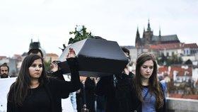 VIDEO  Aktivisté oplakali »zvířecí holokaust«! S rakví a maskami vzdali  hold kravám 8ba944b2fc