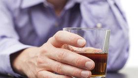 Jak poznat alkoholika? Odmítá sex a dělá některé z těchto věcí!