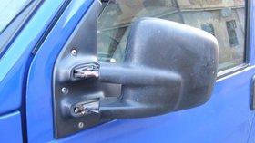 Zdevastovaná zrcátka, rozbitá okna: Muži si svůj vztek vybíjeli na cizích autech
