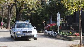 Drzý zloděj se neštítil ničeho: Na hřbitově rozmlátil dveře kostela a ukradl pokladničku