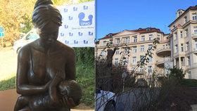 Kojící matka před vchodem do porodnice: Další socha umělkyně Ley Vivot vzbuzuje zájem okolí