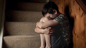 Kluci na hřbitově mučili a znásilňovali dva mladší chlapce: Pak je pohřbili zaživa!
