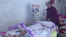 Muž se probudil po 12 letech z kómatu, jeho milující maminka se o něj starala každý den
