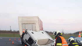 Nehoda dvou kamionů u Prostějova uzavřela dálnici. Hasiči likvidovali požár