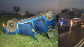 Žena i s dvěma dětmi skončila v autě na střeše: Strhla řízení, když jí řidič (19) nedal přednost