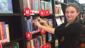 """Z """"lítačky"""" šéfkou knihovny: Knihy jsou dnes zajímavější, než byly dřív, říká Anastázie (27). Proč?"""
