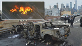 Jeden mrtvý a několik zraněných v dopravní špičce po srážce tří automobilů a požáru na mostě Brooklyn Bridge v New Yorku