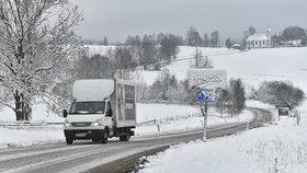Řidiči pozor, jižní Moravu zasypal sníh: Silnice jsou zaváté, navíc mrholí a mrzne