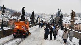 Praha se probudila do bílého rána: Silnice jsou sjízdné se zvýšenou opatrností