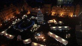 15 500 osvětlených sloupů a skoro 50 rozzářených stromečků: Prahu před Vánoci zaplavila světla