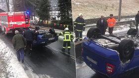 """Dobrovolní hasiči ze severu Čech rozesmáli internet: Havarované auto """"dodělali"""" bizarním odtahem"""