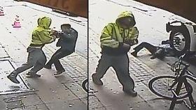 Horor na ulici: Bezdomovec strčil muže přímo pod kola dodávky a v klidu odešel